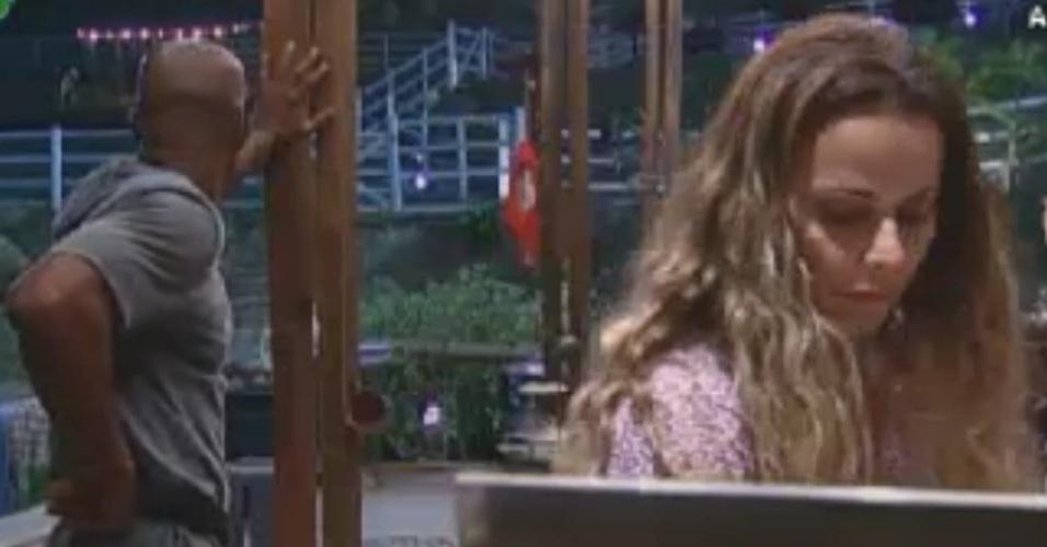 Lui Mendes e Viviane Araújo conversam na cozinha do celeiro (3/6/12)
