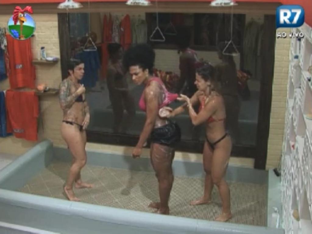 Penélope Nova (esq.), Simone Sampaio (centro) e Robertha Portella (dir.) tomam banho juntas na sede de