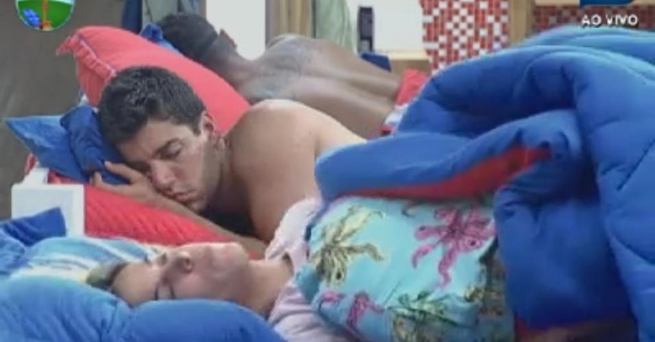 Robertha Portella e Diego Pombo dormem na sede (3/6/12)