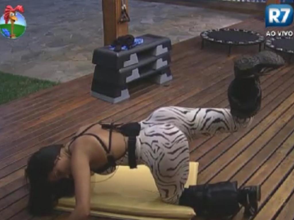 Shayene Cesário faz exercícios para os glúteos na academia de