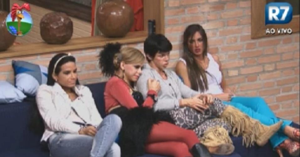 Shayne Cesário, Léo Áquilla, Penélope Nova e Nicole Bahls aguardam início de atividade na sala da casa (4//6/12)
