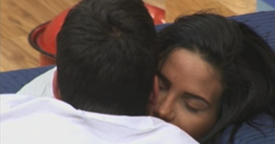 Diego Pombo abraça Shayene Cesário na sede (5/6/12)
