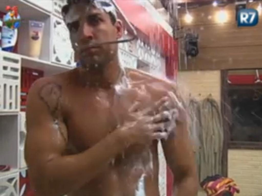 Diego Pombo se ensaboa durante banho na sede (5/6/12)