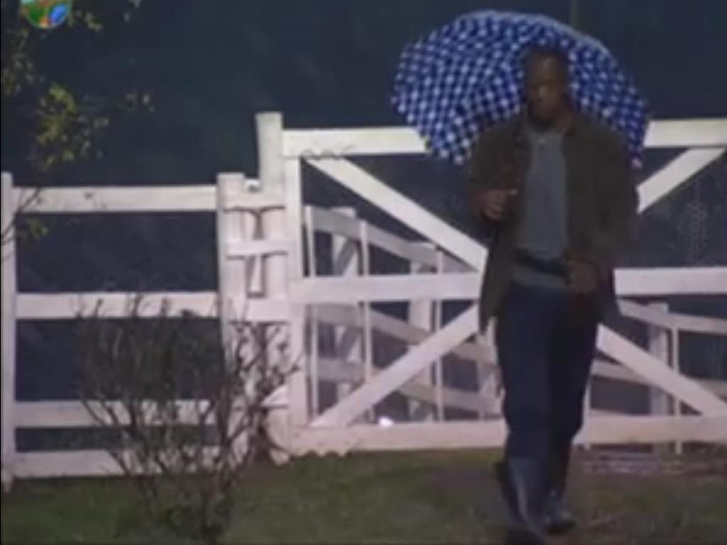 Em dia chuvoso, Lui Mendes levanta para fazer atividades (5/6/12)