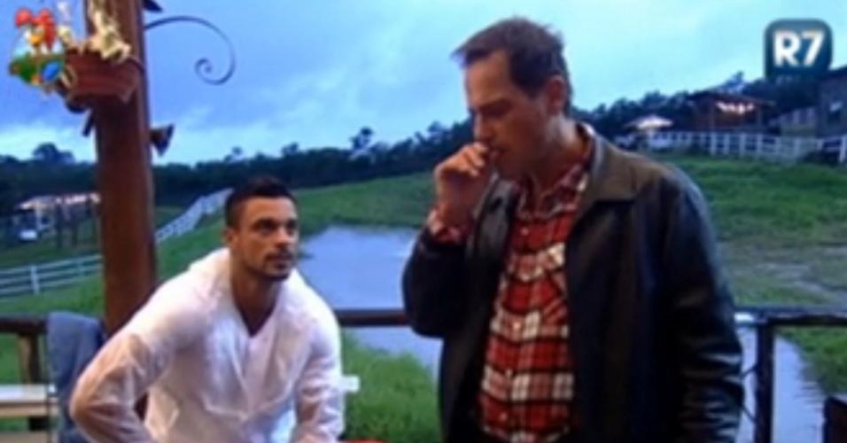 Gustavo Salyer (esq.) explica para Sylvinho Blau Blau (dir.) por que não quis emprestar sabão para peões do celeiro (5/6/12)