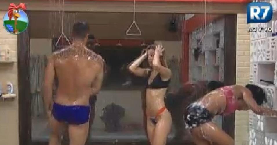 "Gustavo Salyer, Robertha Portella, e Simone Sampaio tomam banho juntos na sede de ""A Fazenda 5"" (5/6/12)"