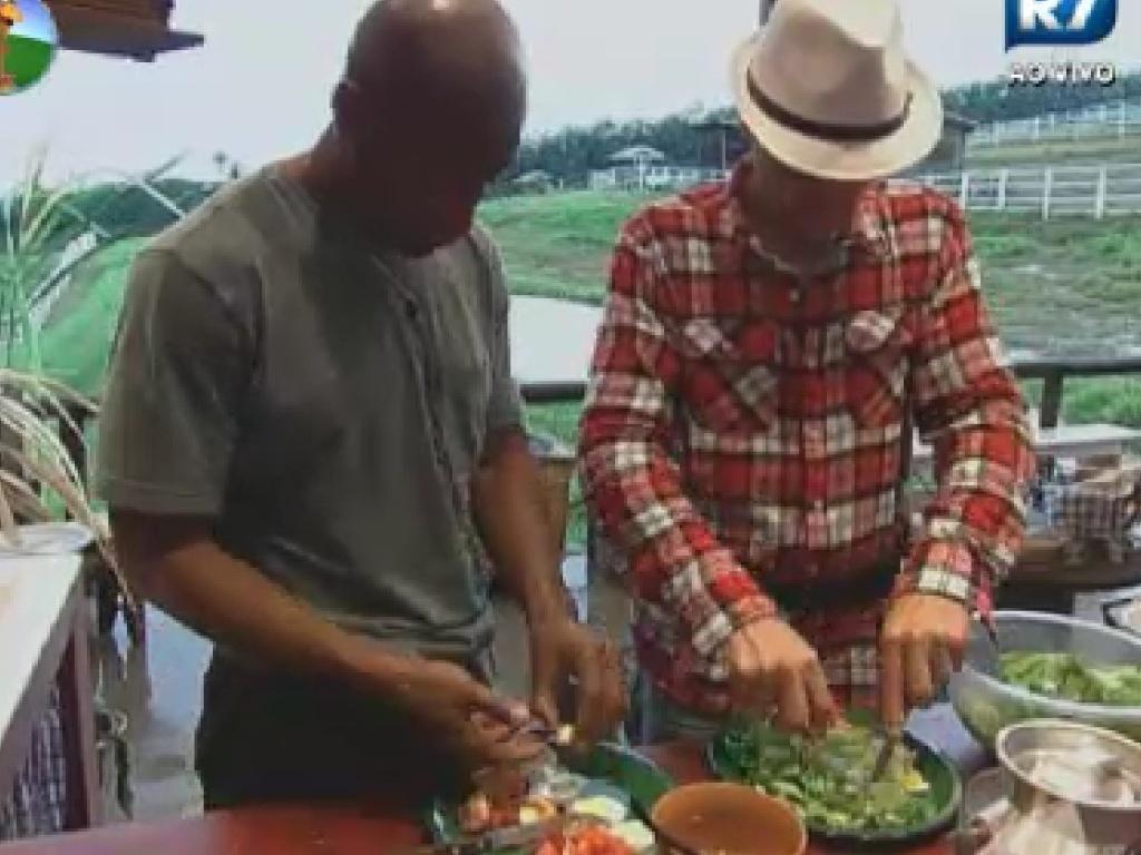 Lui Mendes e Sylvinho Blau Blau preparam o almoço no celeiro (5/6/12)
