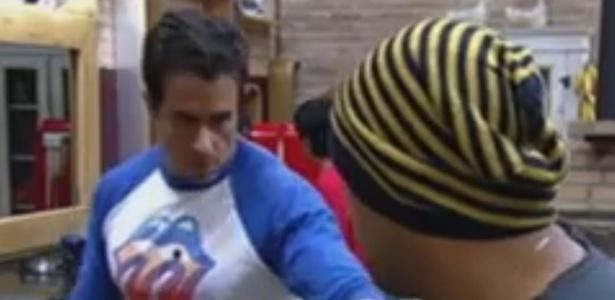 O ator Felipe Folgosi propõe que peões da sede levem sabão para o celeiro (5/6/12)