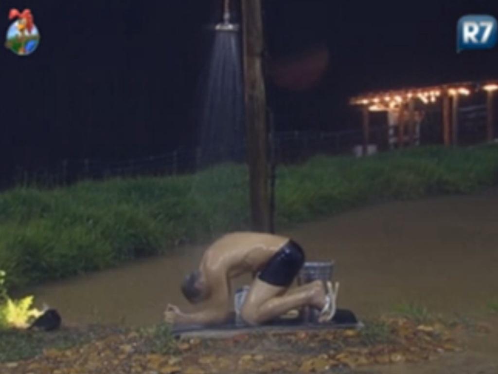 Sylvinho Blau-Blau chora ajoelhado no chão (5/3/12)