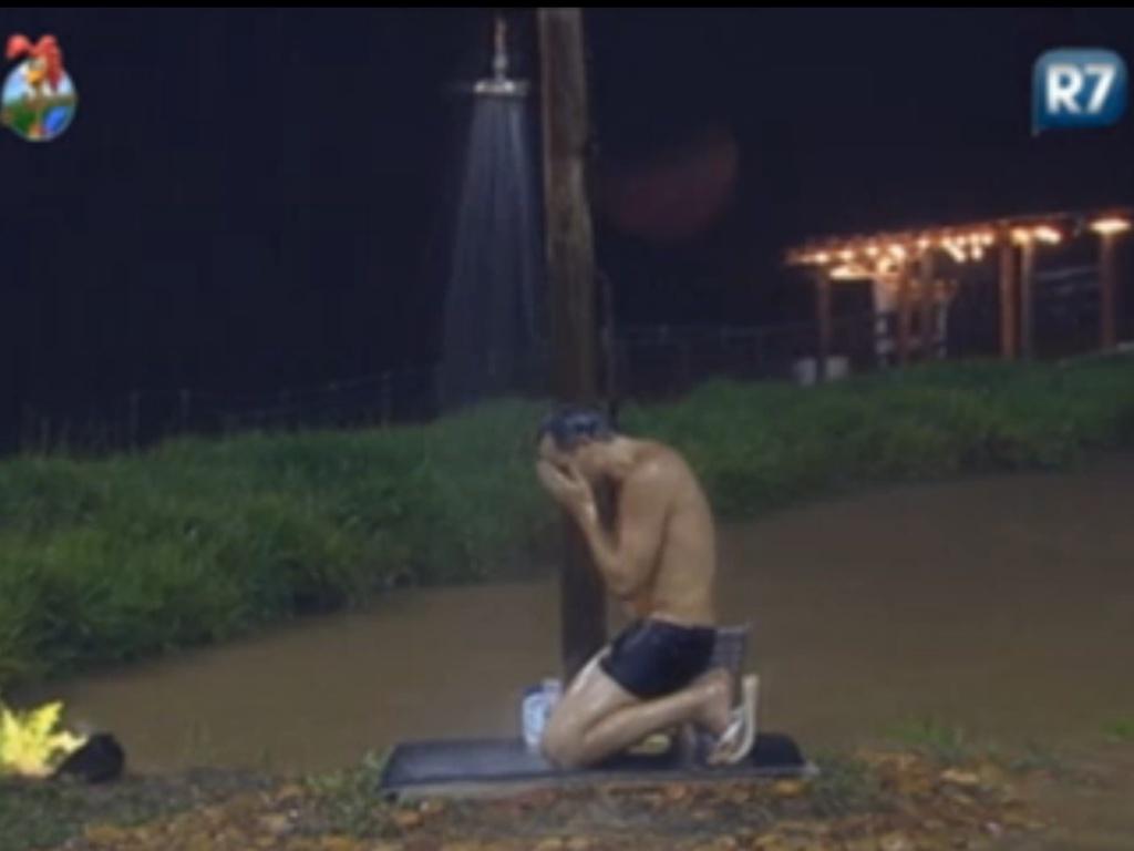 Sylvinho Blau-Blau se ajoelha e chora enquanto toma banho na área externa do celeiro (5/6/12)