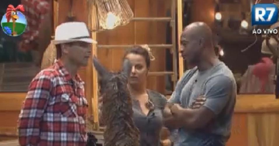 Sylvinho Blau-Blau, Viviane Araújo e Lui Mendes brincam com uma das lhamas no celeiro (5/6/12)