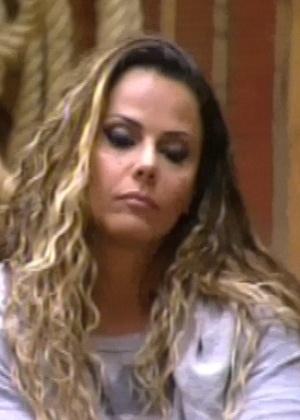 Viviane Araújo ouve votos de peões da sede (5/6/12)