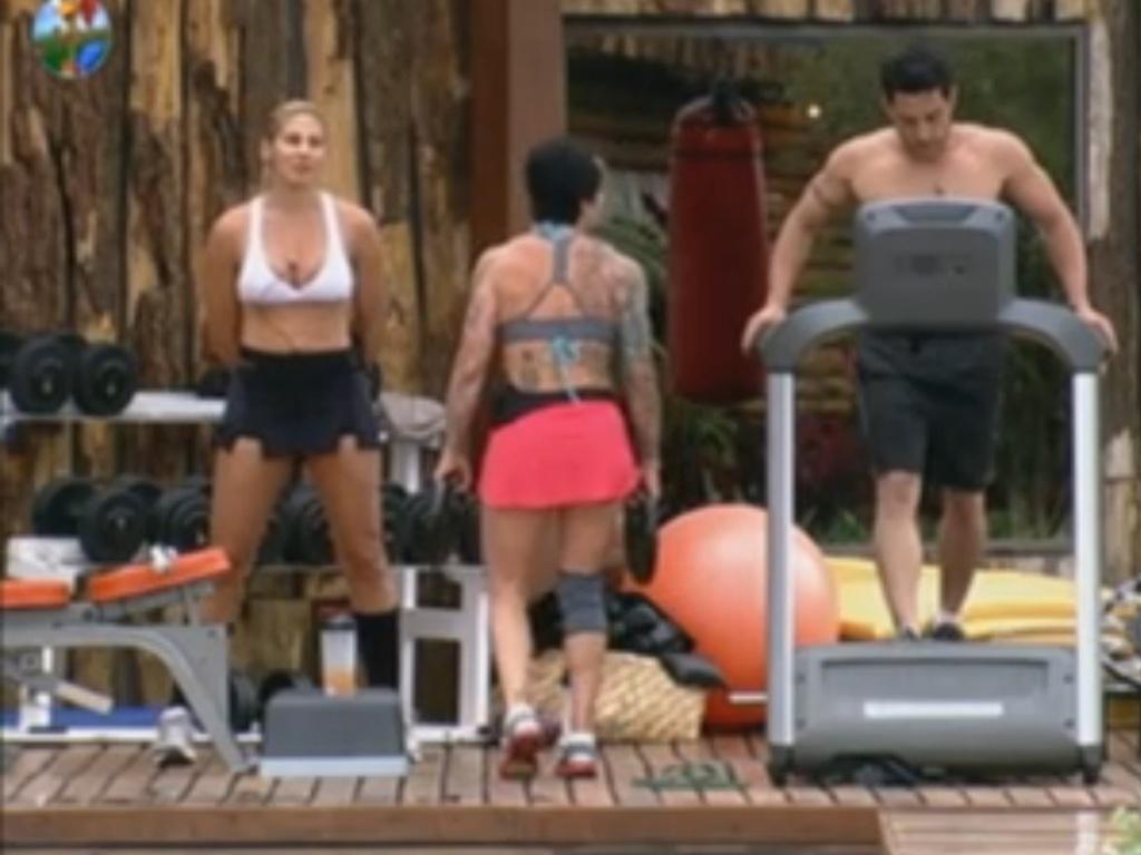 Ângela Bismarchi, Penélope Nova (costas) e Vavá aproveitam tarde na academia (6/6/12)