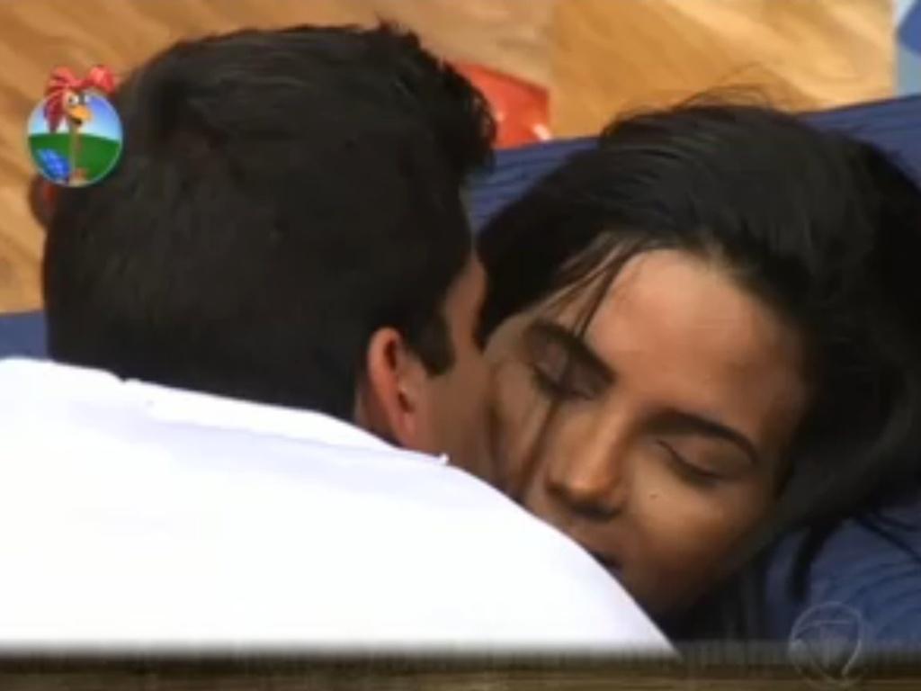 Diego Pombo dá beijo em Shayene Cesário (6/6/12)