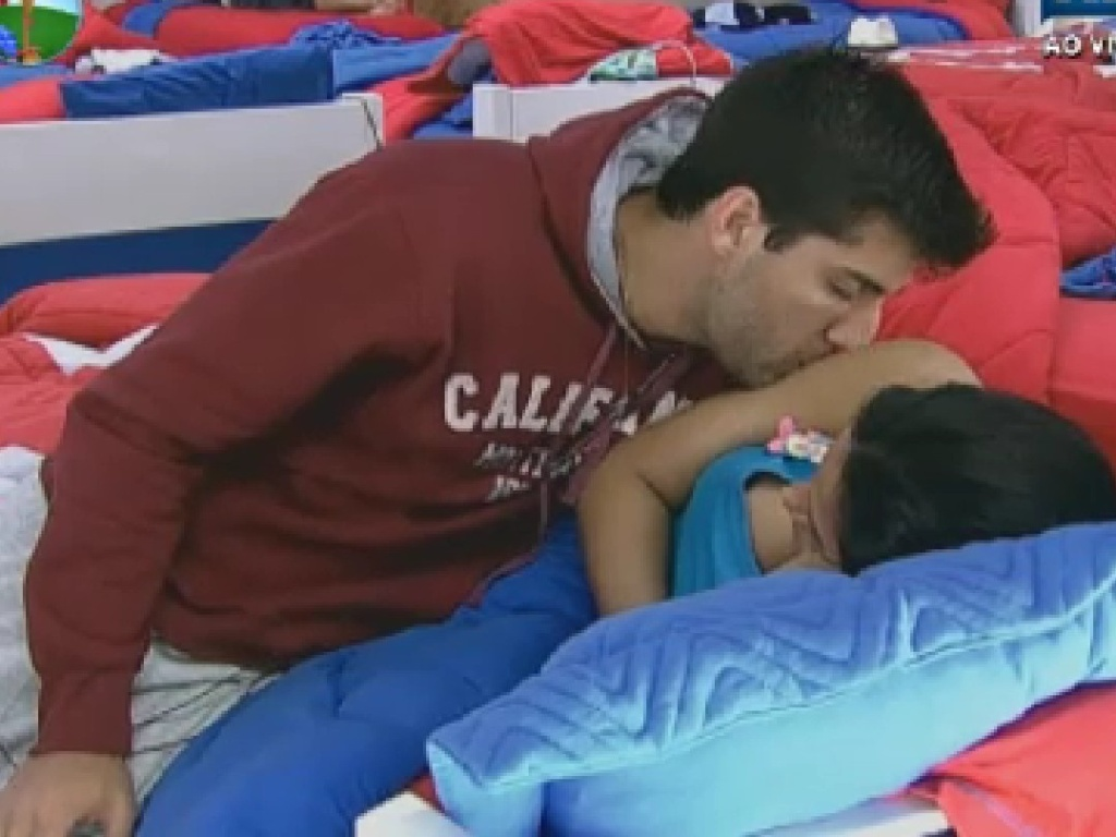 Diego Pombo e Shayene Cesário trocam carícias no quarto (6/6/12)