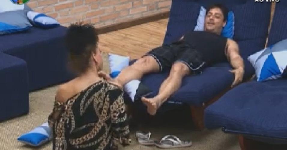 Léo Áquilla faz massagem nos pés de Vavá  (6/6/12)