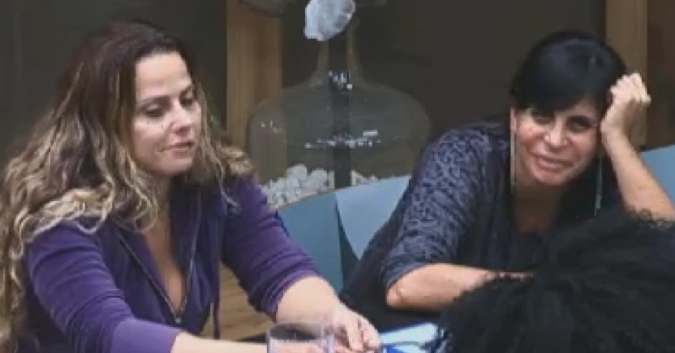 Viviane Araújo e Gretchen conversam na sede (6/6/12)