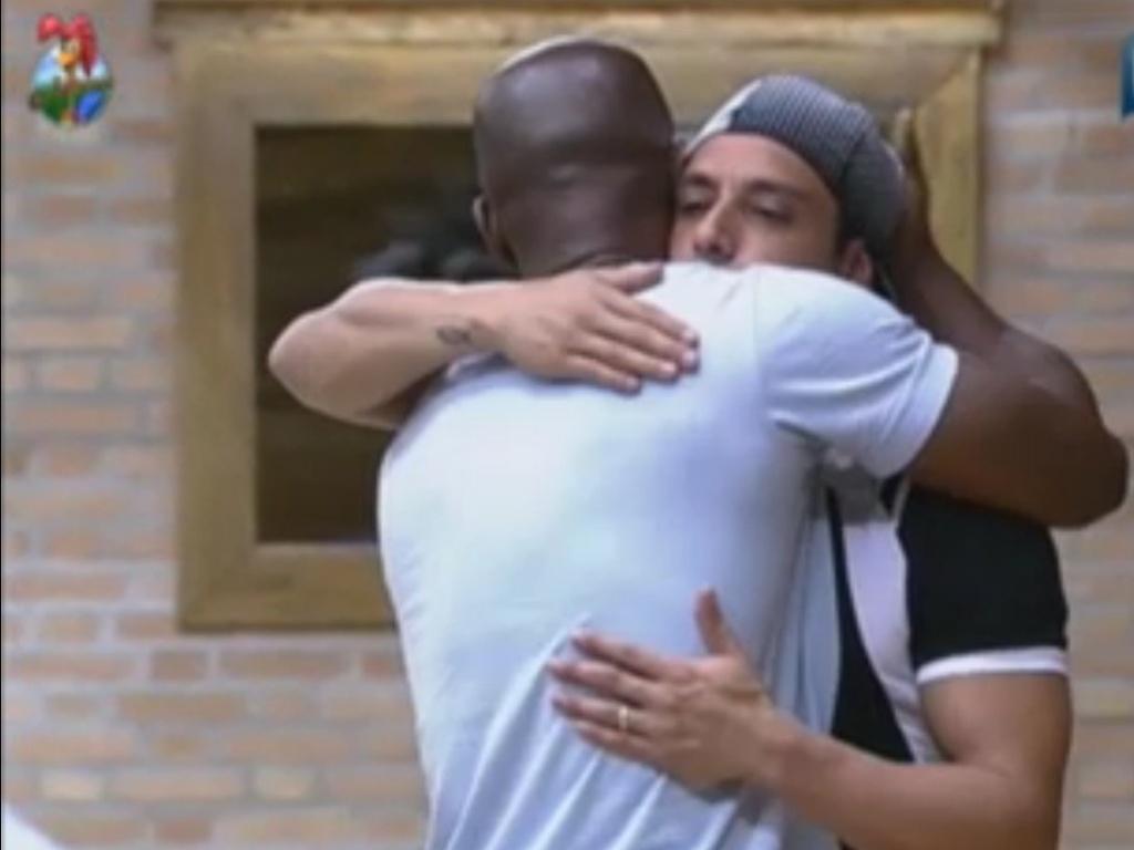 Lui e Vavá se abraçam após discussão na sede da fazenda (6/6/12)