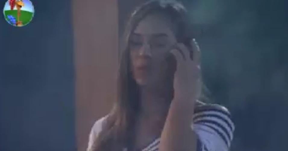 Nicole Bahls conversa com mãe no telefone e diz que está gostando de participar do reality (6/6/12)