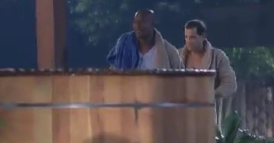 Sylvinho Blau Blau e Lui Mendes se preparam para entrar no ofurô da sede (6/6/12)
