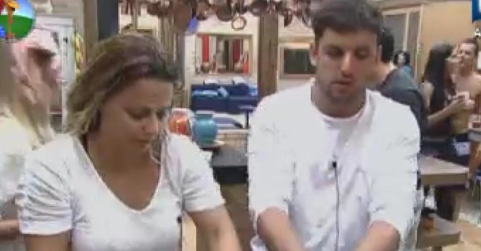 Viviane Araújo e Rodrigo Capella lavam a louça após o jantar (7/6/12)