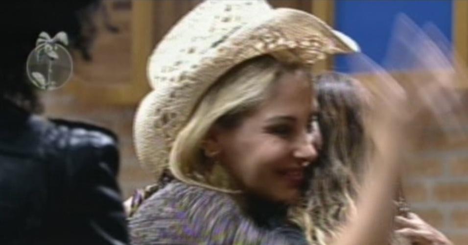 Ângela Bismarchi recebe Viviane Araújo com abraço após a eliminação de Lui Mendes na primeira roça do programa (7/6/12)