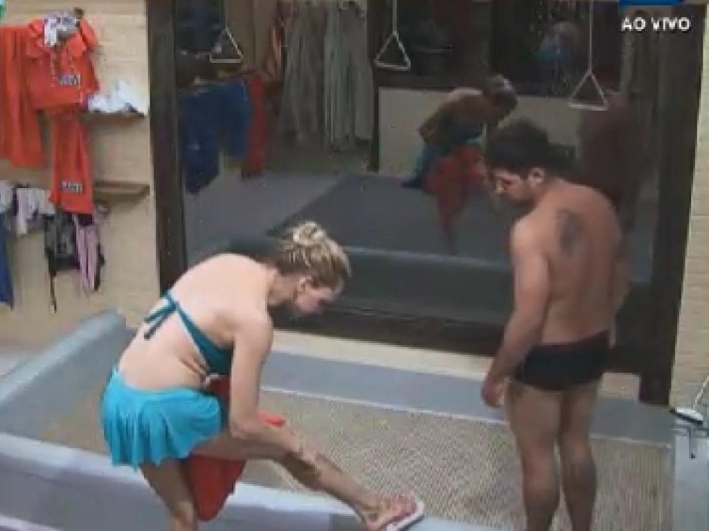 Léo Áquilla mostra machucados de sua perna para Rorigo Capella (7/6/12)