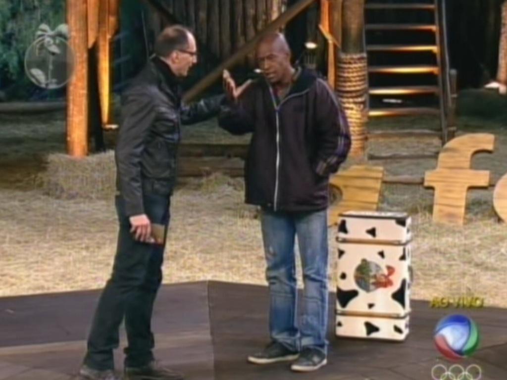 Lui Mendes escolhe Sylvinho Blau-Blau para ser o primeiro fazendeiro da quinta temporada e se desdepe de Britto Jr. (7/6/12)
