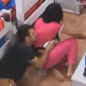 No quarto, Rodrigo Capella pula em cima de Shayene Cesário (7/6/12)
