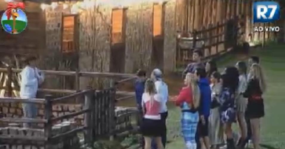 Peões se reúnem na parte externa do celeiro para a divisão de taredas feita pelo fazendeiro Sylvinho (8/6/12)