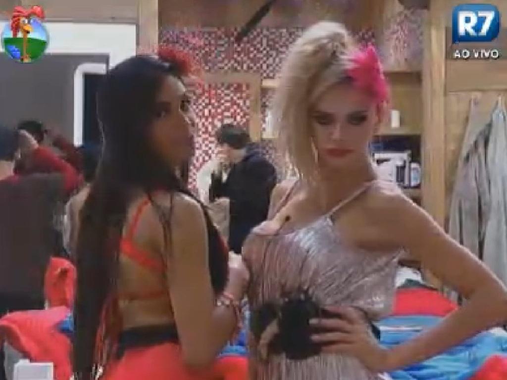 Prontas para festa, Shayene Cesário e Léo Áquilla fazem pose em frente ao espelho (8/6/12)