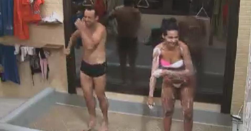 Rodrigo Capella e Shayene Cesário tomam banho (7/6/12)