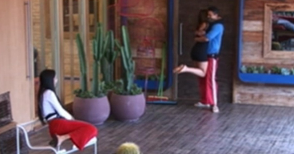 Shayene assiste Nicole Bahls abraçar Gustavo Salyer (8/6/12)