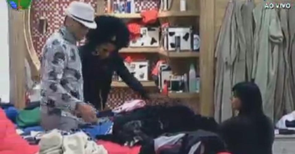 Sylvinho Blau Blau arruma roupas com ajuda de Simone Sampaio e Gretchen (7/6/12)