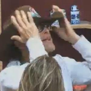 """Sylvinho Blau-Blau coloca chapéu e diz que será o """"fazendeiro mais amoroso"""" do programa (8/6/12)"""