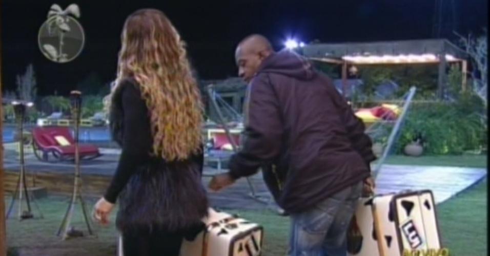 """Viviane Araújo e Lui Mendes levam suas malas para o campo de eliminação de """"A Fazenda 5"""" (7/6/12)"""