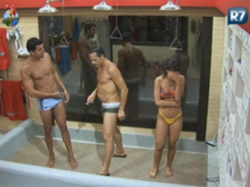 Diego Pombo (esq.), Sylvinho Blau-Blau (centro) e Robertha Portella tomam banho juntos (9/6/12)