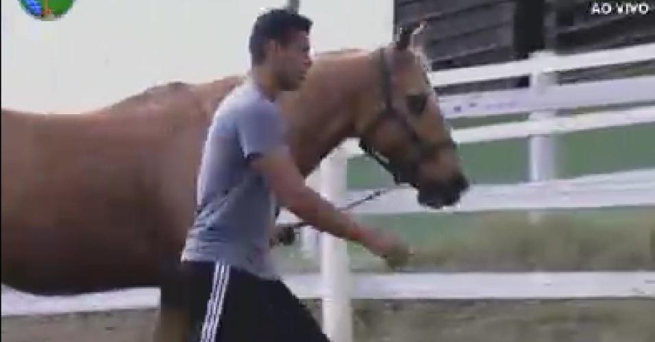 Gustavo Salyer cuida dos cavalos  (9/6/12)