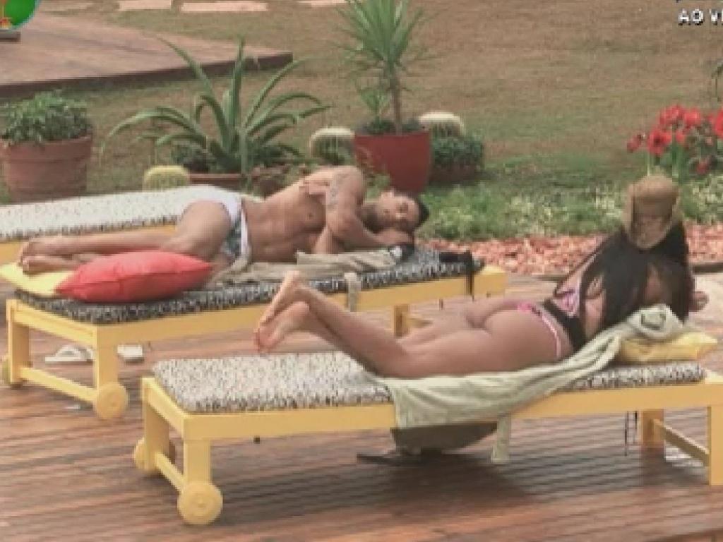 Gustavo Salyer e Shayene Cesário conversam perto da psicina (9/6/12)