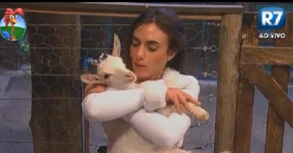 Nicole abraça cabra e diz que clima na sede está