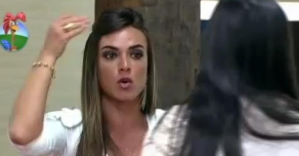 Nicole Bahls diz o que pensa sobre Viviane Araújo para a colega Shayene Cesário (8/6/12)