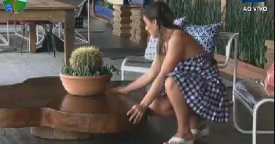 Nicole Bahls limpa mesa na varanda  (9/6/12)