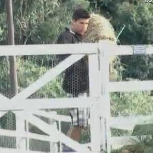 O árbitro Diego Pombo carrega monte de feno durante a manhã (9/6/12)
