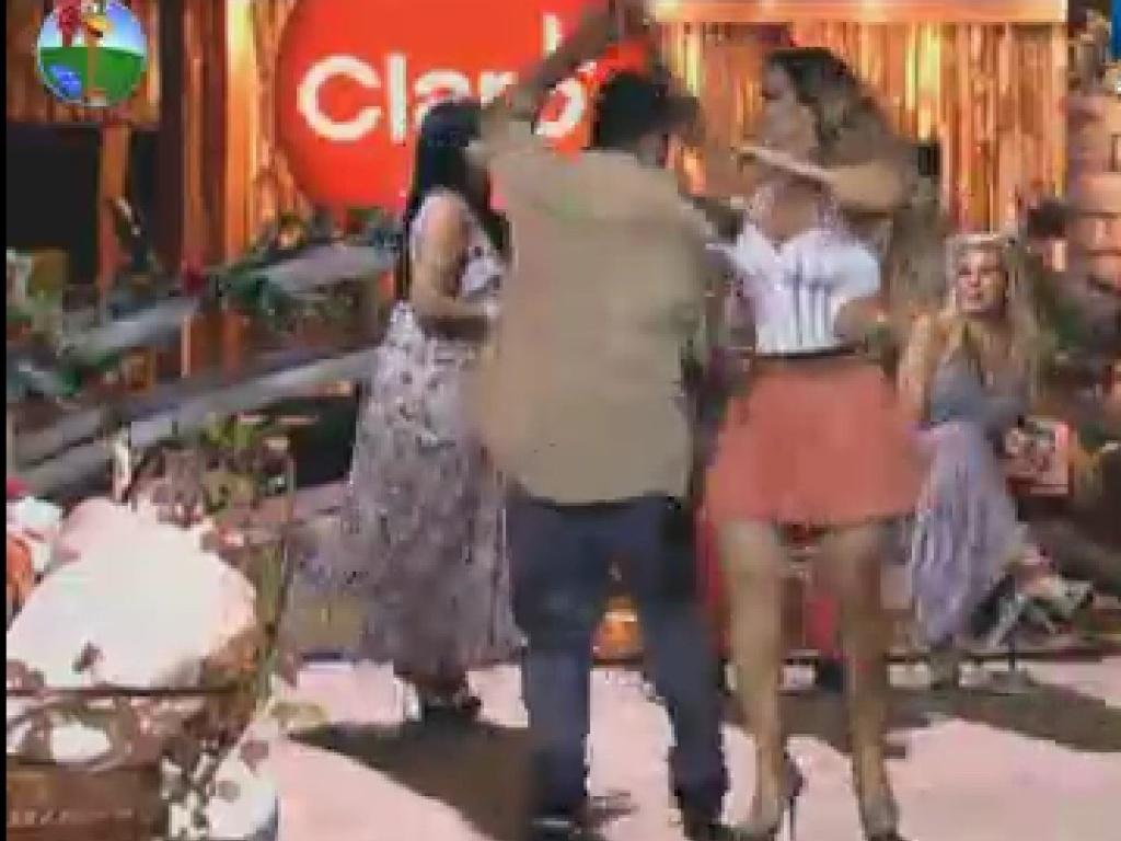 O humorista Rodrigo Capella aproveita a primeira festa que Viviane Araújo participa para dançar com a modelo (8/6/12)
