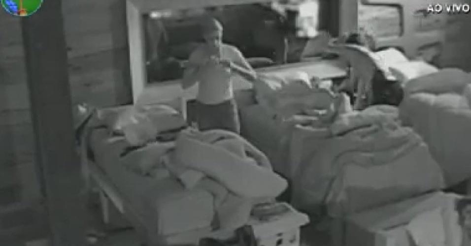 Peões começam a acordar na sede da fazenda (9/6/12)