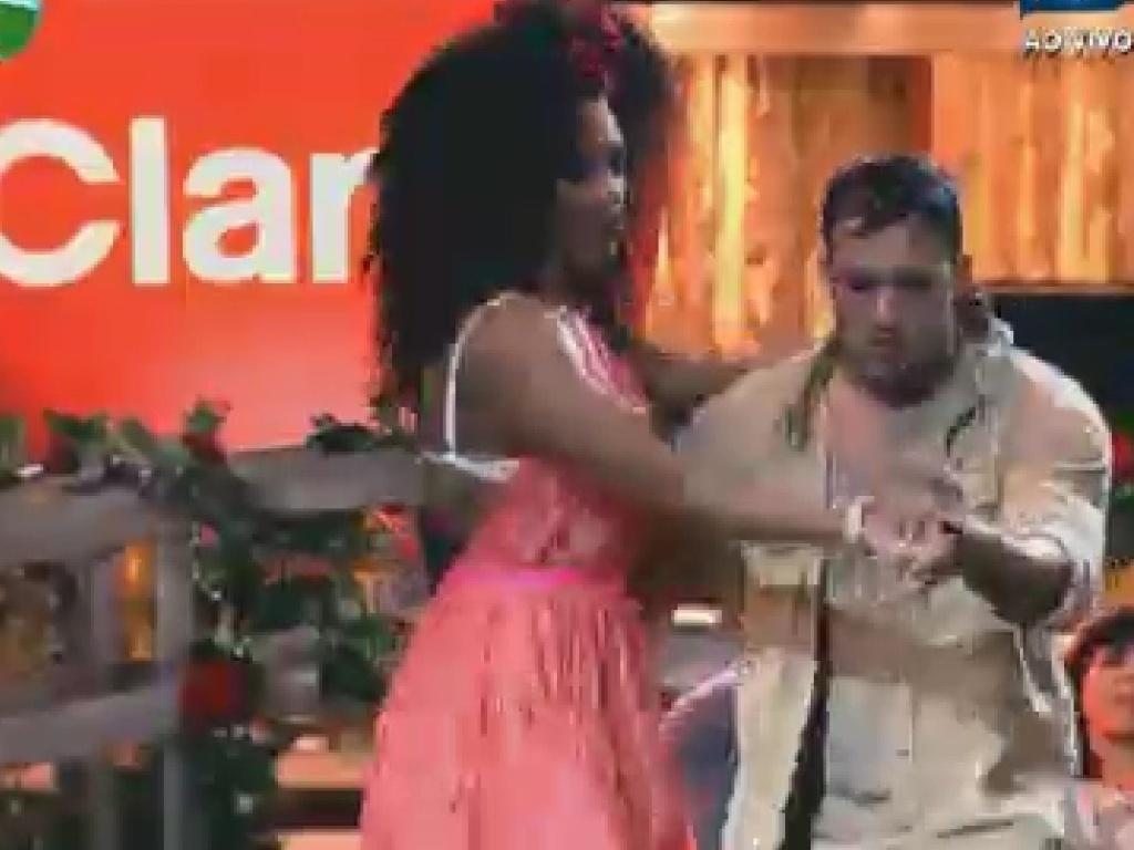 Rodrigo Capella demonstra domínio na dança com a rainha de bateria Simone Sampaio (8/6/12)