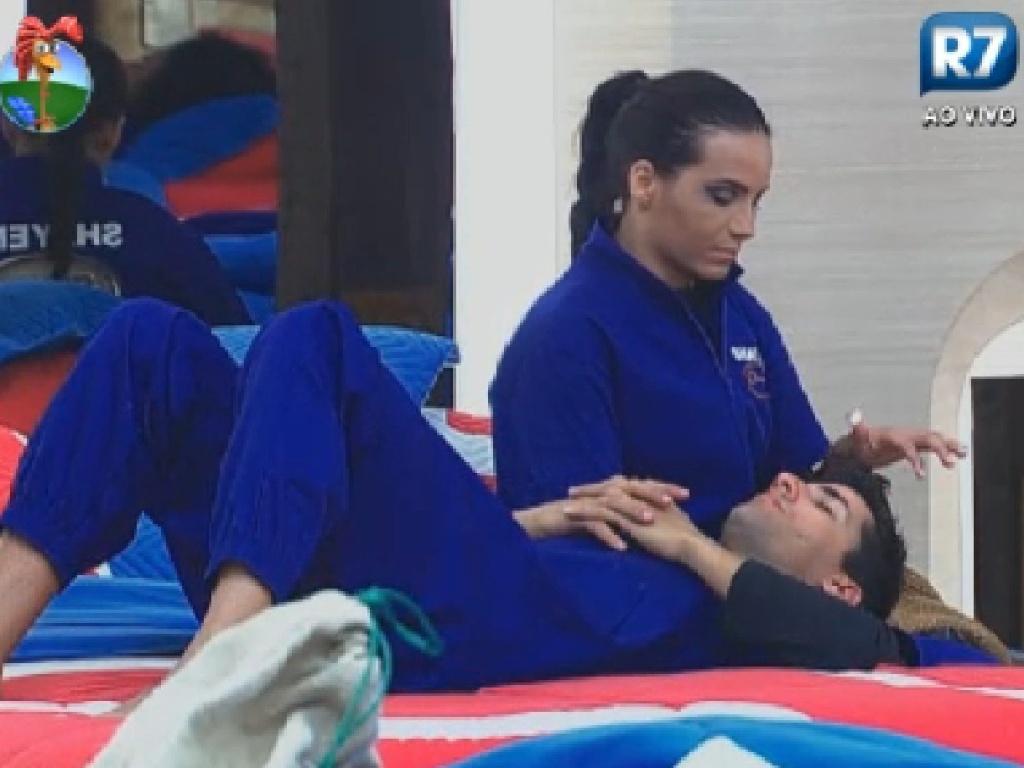 Shayene Cesário acaricia Diego Pombo enquanto ele fala sobre ex-namorada (9/6/12)