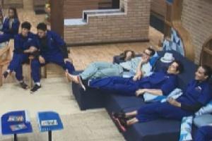 Vestidos com macacões azuis, peões aguardam chamado para prova classificatória (9/6/12)