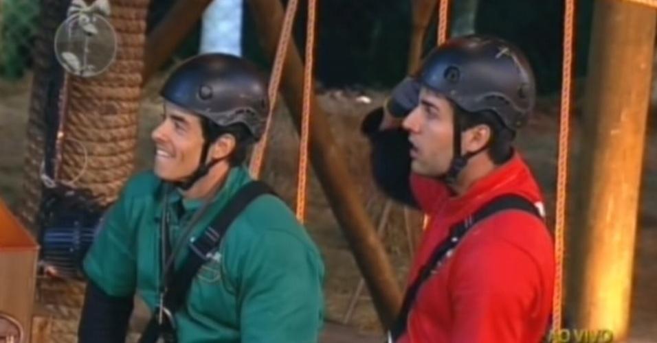 Felipe Folgosi (de verde) e Diego Pombo (vermelho) são avisados que o perdedor do desafio vai para o celeiro com mais cinco peões (10/6/12)