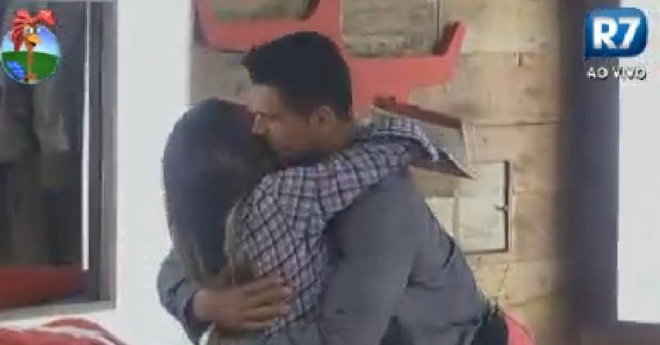 Gustavo Salyer abraça Nicole Bahls e diz para ex-panicat